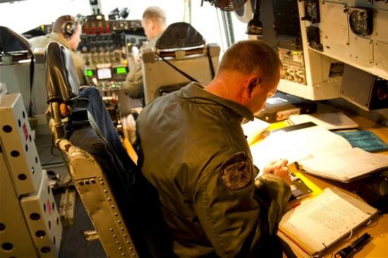 红外实拍美军为战略轰炸机空中加油