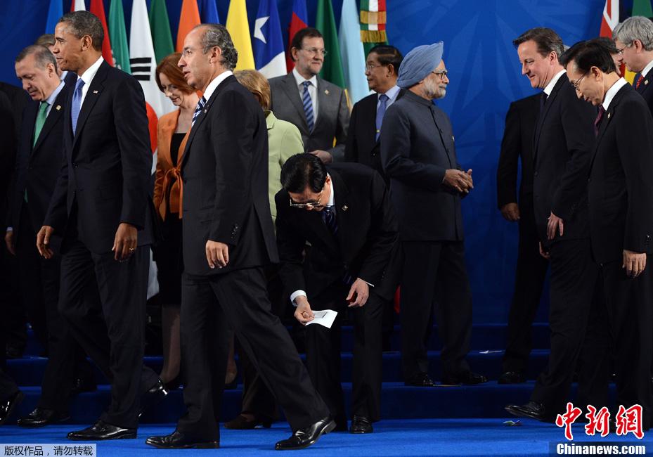 G20峰会领导人合影 胡锦涛弯身拾起国旗图片