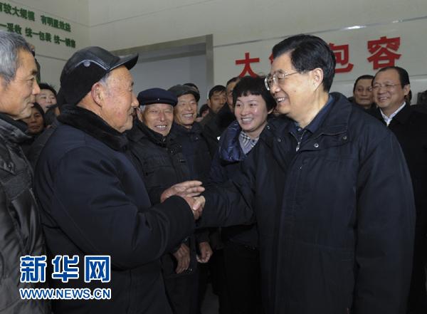 胡锦涛考察江苏华西村等地 在中学种下银杏树