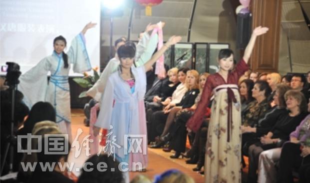 白俄罗斯美女身着中国民族服装