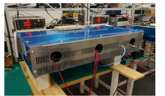 受3?11日本东部大地震所引发的核电站事故影响,日本开始大力寻求建立可抗自然灾害、充分应用地区可再生能源的电力供给机制。基于这一设想,日本正在进行使用名为电力路由器的装置,灵活调度地区所发电力的电力系统实证实验。 让电力自助服务终端成为可能 其中一个实验,是2011年9月成立的数字电网联盟倡导的数字电网。其特征是,将含有发电设备以及需求侧的一定面积区域,由数字电网路由器 装置(电力路由器)来统筹,再将该区域内的电力通过电力路由器进行统一调度。  图1:日本数字电网联盟倡导的电力供给机制