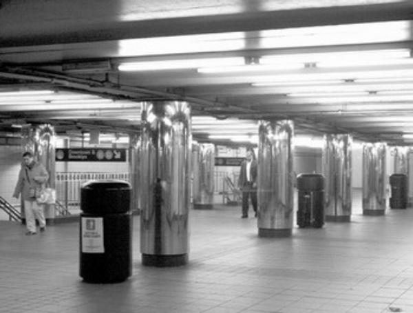 上图为纽约市地铁站整齐间隔排列的再循环垃圾桶