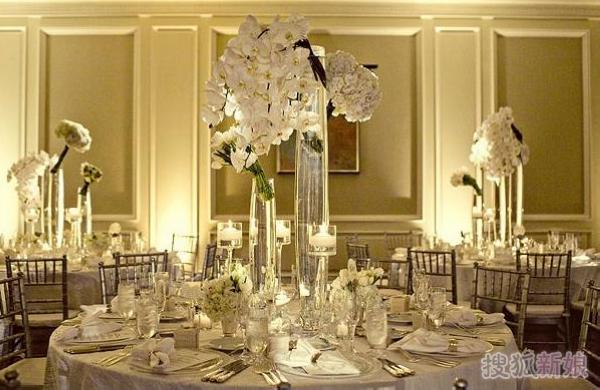 除了令人感动的婚礼流程使人印象深刻之外,在婚礼上精致漂亮的餐桌装饰往往决定了整个婚礼的定位和品质,它也进一步影响整个会场的氛围。新人们可以为婚礼选择适合自己婚礼主题的布置格调,在此基础上,用鲜花、餐具、桌布等其他元素为用餐区域进行创意和设计。就鲜花来说,就有多种材质和花色可以选择。而且像不同季节的水果、不同式样的卡片,以及好看的丝带、水晶等都可以成为出色的点缀小物。今天,小编就为大家介绍几款具有奢华气质同时温馨精致的酒店婚宴餐桌布置。 (责任编辑:侯彦方)