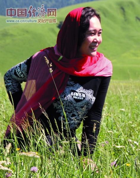 著名女画家曾迎春在新疆的草地里