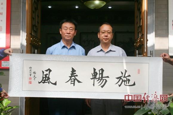 国画大师杨进才(左)赠送书法并与纪晓岚纪念馆馆长李新永(右)合影